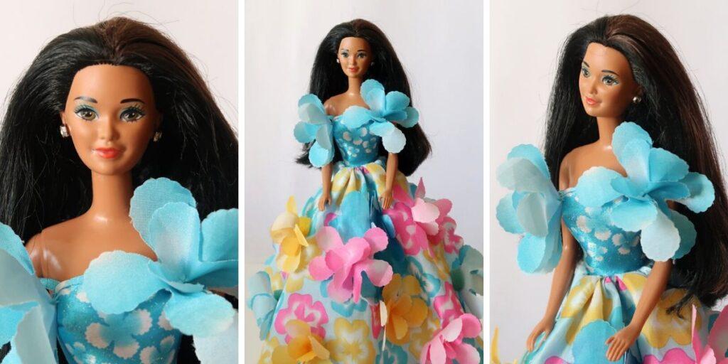 Glitter Beach Kira v modrých květovaných šatech